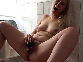 Deutsche Hausfrau spritzt ab beim Wichsen ihrer Klit!