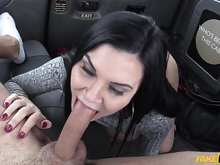 Hot MILF Jasmine Jae cheats in the first place her boyfriend with horny cabbie